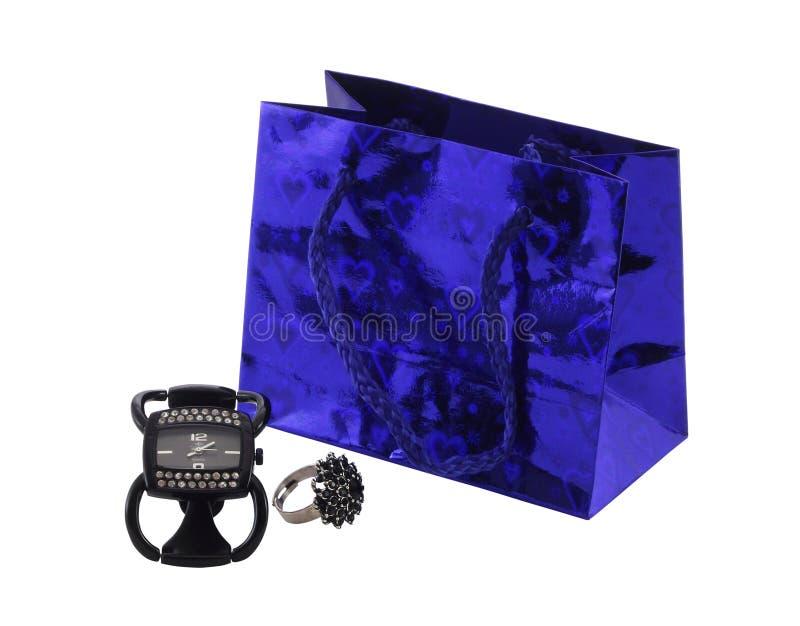 Vigilanza, anello e pacchetto femminili per il regalo fotografia stock