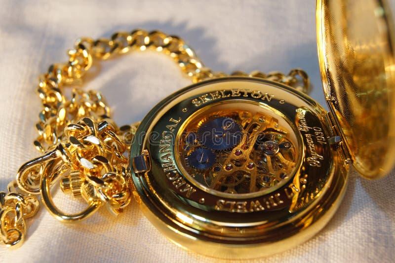 Vigilanza di casella dell'oro con la catena immagini stock