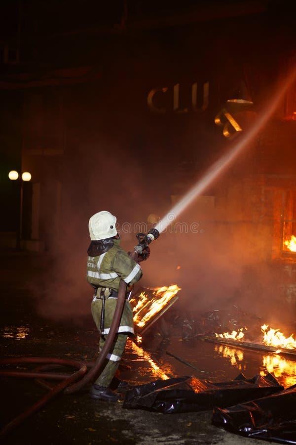 Vigile del fuoco che combatte un fuoco fotografia stock