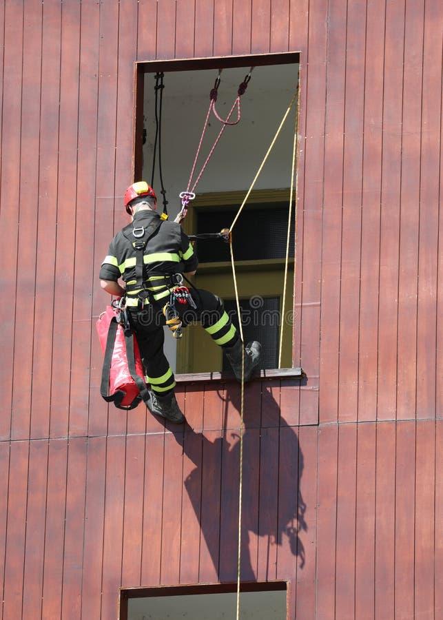 vigile del fuoco durante l'esercitazione antincendio immagine stock libera da diritti