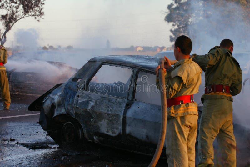 Vigili del fuoco al luogo dell'incidente stradale immagine stock