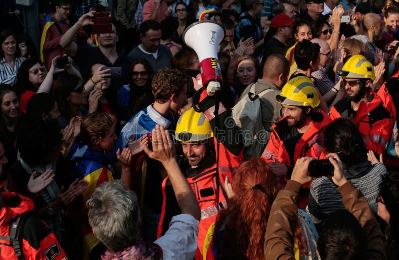 Vigili del fuoco di grande della gente per il loro supporto verso indipendenza a Barcellona centrale immagine stock libera da diritti