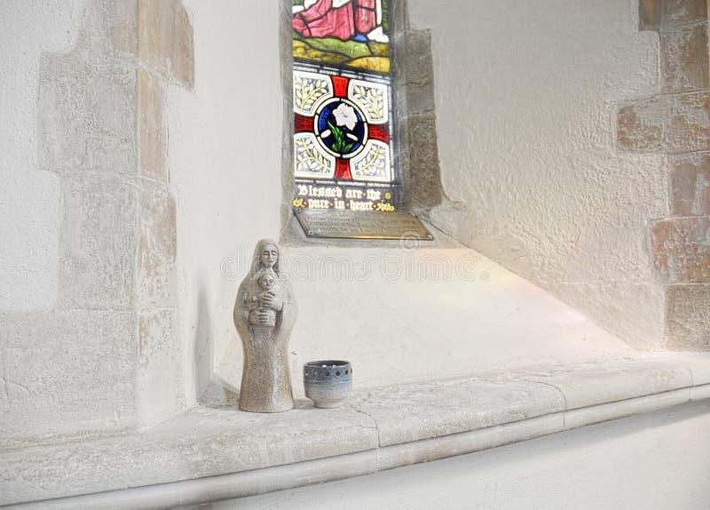 Vigin Mary en het kleine iconische standbeeld van Babyjesus in kerk royalty-vrije stock foto