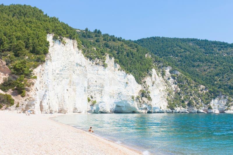 Vignanotica Apulia - koppla av på den lugna stranden av Vignanotica arkivfoto