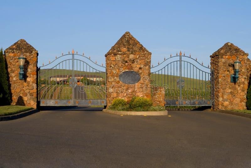 Vigne et manoir de Napa Valley derrière les portes photos libres de droits