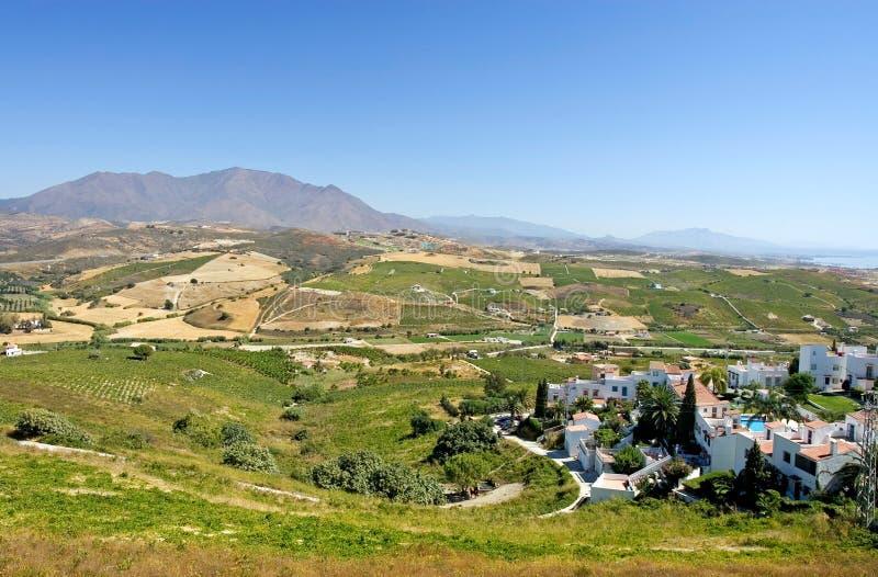 Vignes espagnoles donnant sur Duquesa Manilva à travers à Marbell photographie stock