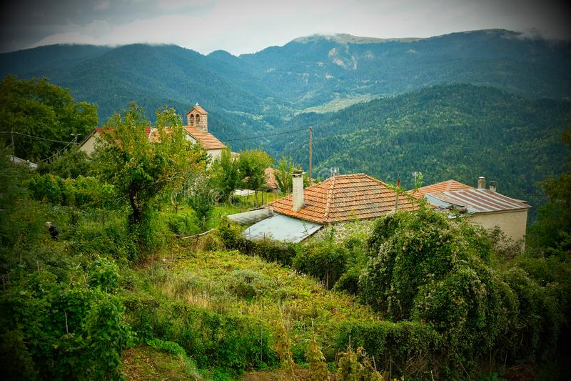 Vignette nostalgique, église orthodoxe grecque, village de montagne grec, Grèce image stock