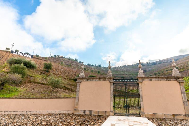 Vignobles d'établissement vinicole célèbre Sandeman en vallée Portugal de Douro image stock
