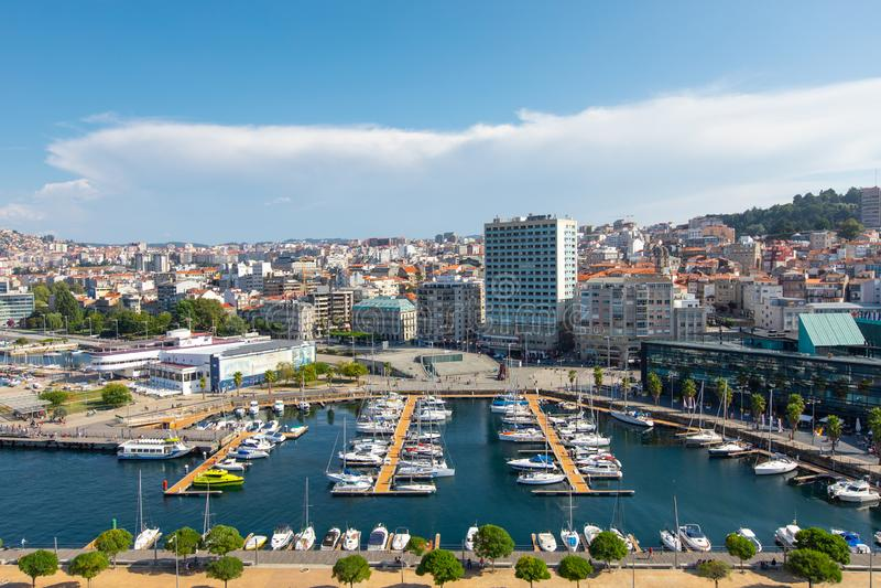 Vigo, Ισπανία - 8 Σεπτεμβρίου 2018: Εικονική παράσταση πόλης του Vigo με τα δεμένα γιοτ, λιμένας του Vigo, Γαλικία, Ισπανία στοκ φωτογραφίες