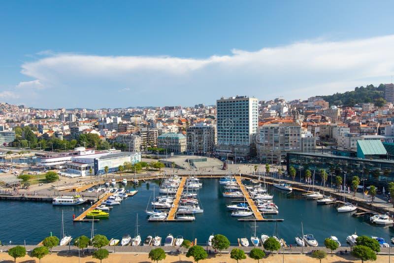 Vigo, Espagne - 8 septembre 2018 : Paysage urbain de Vigo avec les yachts amarrés, port de Vigo, Galicie, Espagne photos stock
