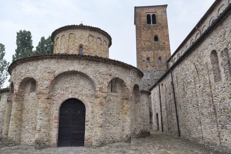 Vigolo Marchese Piacenza, Italië: middeleeuwse kerk stock afbeeldingen