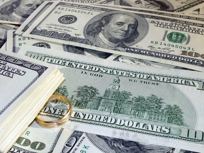Vigselring på pengarna royaltyfri foto