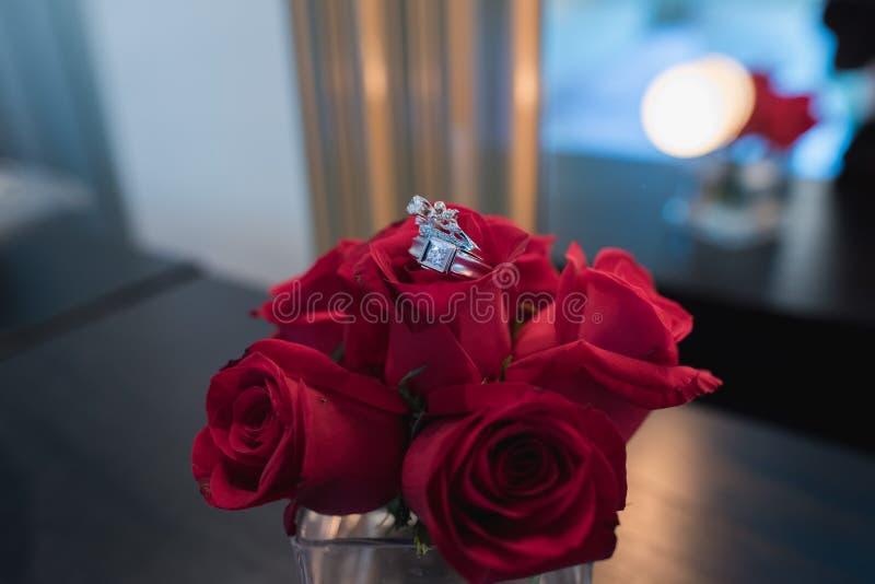 Vigselring på röda rosor royaltyfri fotografi