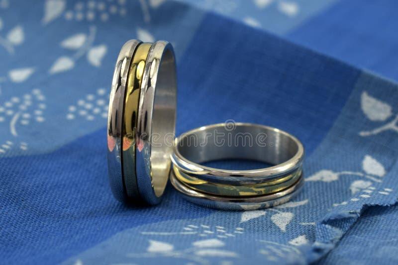 Vigselringar, ett symbol av förälskelse och lycka royaltyfri fotografi