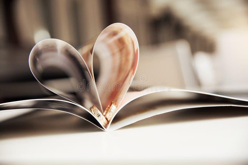 Vigselringar i hjärtan arkivfoto