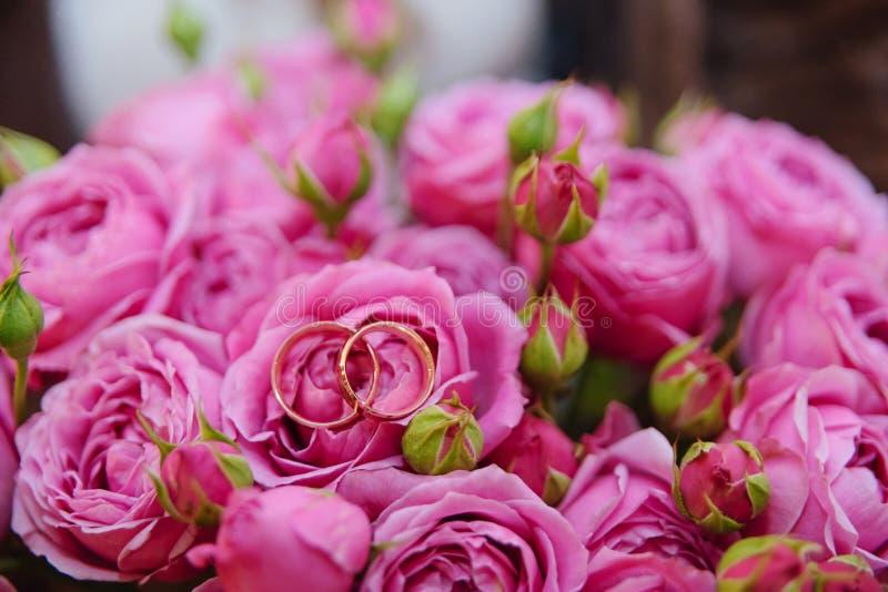 Vigselringar med en blomma royaltyfri bild