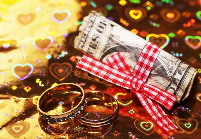 Vigselringar och rysspengar, förälskelse och lyckligt arkivfoto