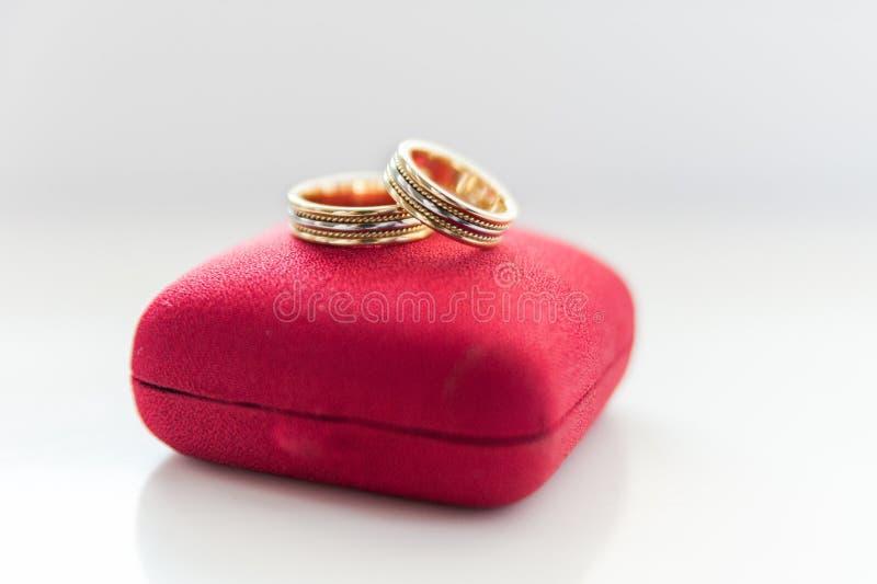 Vigselringar på röda vigselringar boxas royaltyfria foton