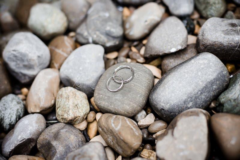 Vigselringar på stenar arkivbild