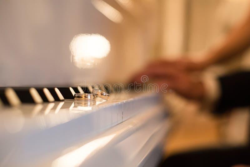 Vigselringlögn på pianotangenterna royaltyfri fotografi