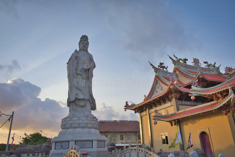 Vihara萨蒂亚达摩是一个现代中国寺庙在Benoa口岸,巴厘岛 这是'萨蒂亚达摩'或'Shenism'寺庙,东南亚 免版税库存照片