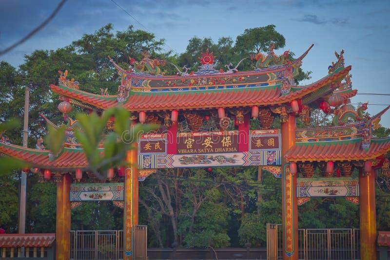 Vihara萨蒂亚达摩是一个现代中国寺庙在Benoa口岸,巴厘岛 这是'萨蒂亚达摩'或'Shenism'寺庙,东南亚 免版税库存图片