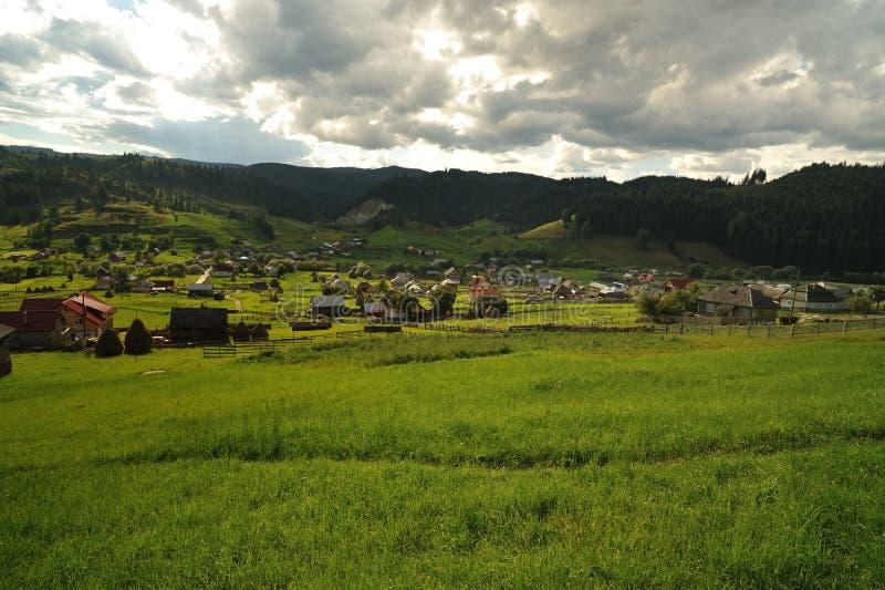 Viilage no vale das montanhas foto de stock royalty free
