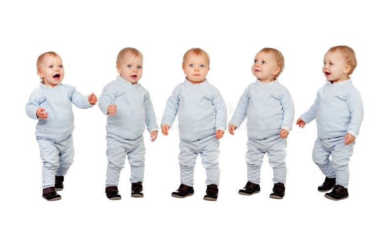 Vijf aanbiddelijke babys die leren te lopen stock afbeeldingen