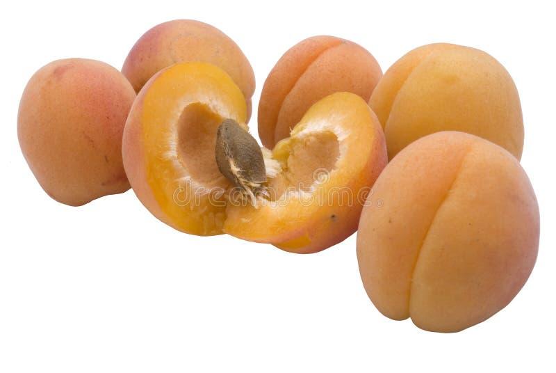Vijf abrikoos en één blad royalty-vrije stock fotografie