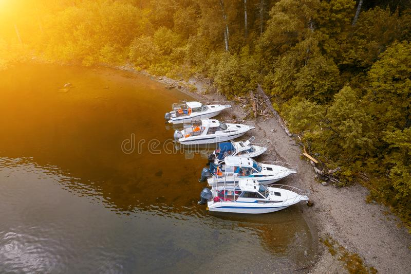 Vijf boten die zich op de pijler op het Teletskoe-meer in de Altai-Bergen dichtbij het lokale oriëntatiepunt in afwachting van to royalty-vrije stock foto