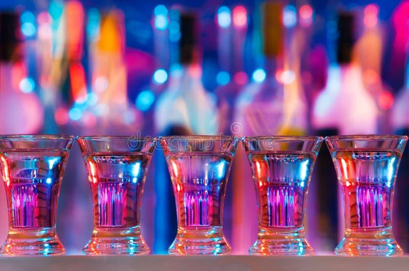 Vijf brandende dranken in geschotene glazen op barteller royalty-vrije stock afbeeldingen