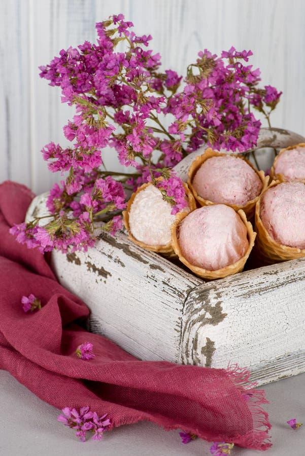 Vijf die wafelkegels met dessert met verse bessen van s wordt verfraaid stock fotografie