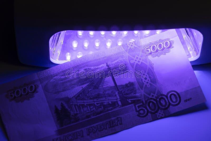 Vijf duizend Russische roebels in infrarood licht Controle van de detector Controleren op vervalsing of oprecht Namaakbiljetten, stock fotografie