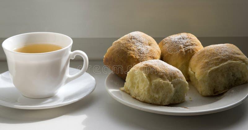Vijf eigengemaakte traditionele Tsjechische broodjes vulden met pruimjam, rozijnen en kwark op witte plaat royalty-vrije stock foto