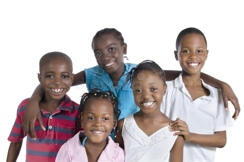 Vijf gelukkige Afrikaanse jonge geitjes die elkaar houden stock afbeelding