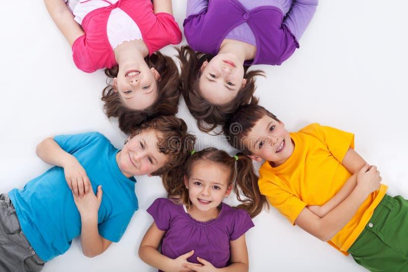 Vijf gelukkige jonge geitjes op de vloer royalty-vrije stock foto's