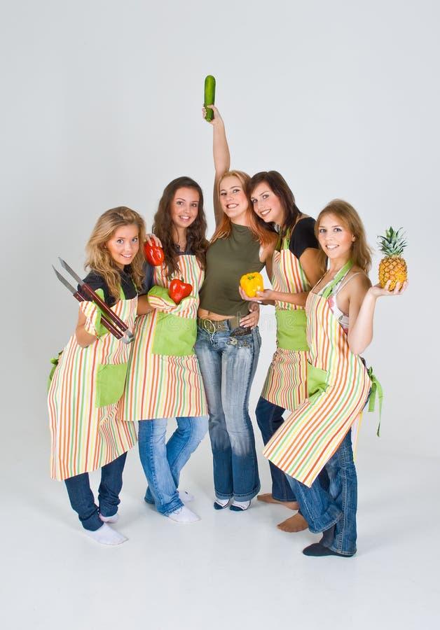 Vijf gelukkige vrouwelijke koks stock afbeeldingen
