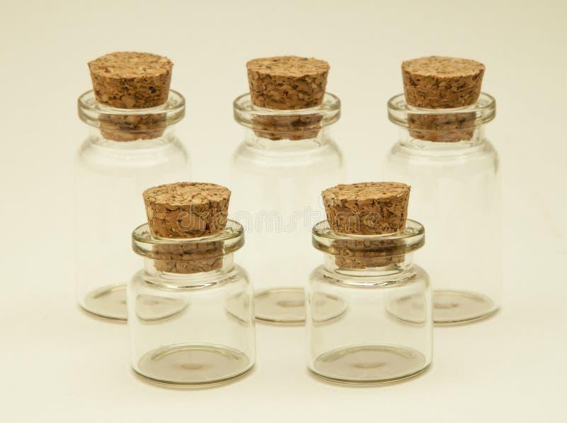 Vijf glaskruiken met kurkt royalty-vrije stock afbeelding