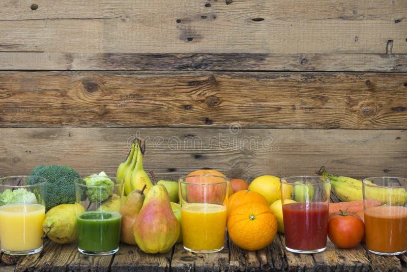 Vijf glazen met fruit en plantaardige smoothies stock afbeeldingen