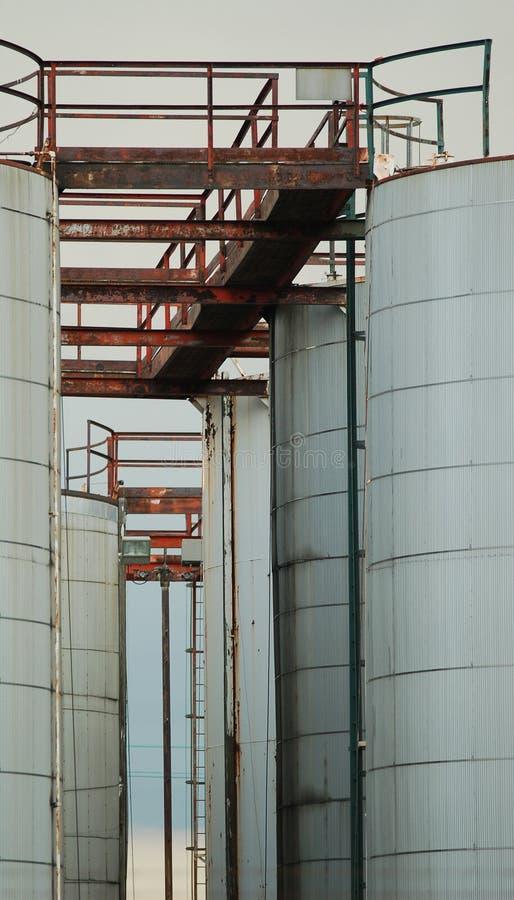 Vijf grijze olietanks royalty-vrije stock foto