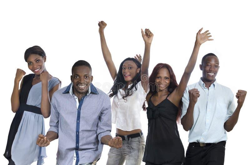 Vijf het gelukkige Afrikaanse mensen toejuichen stock foto