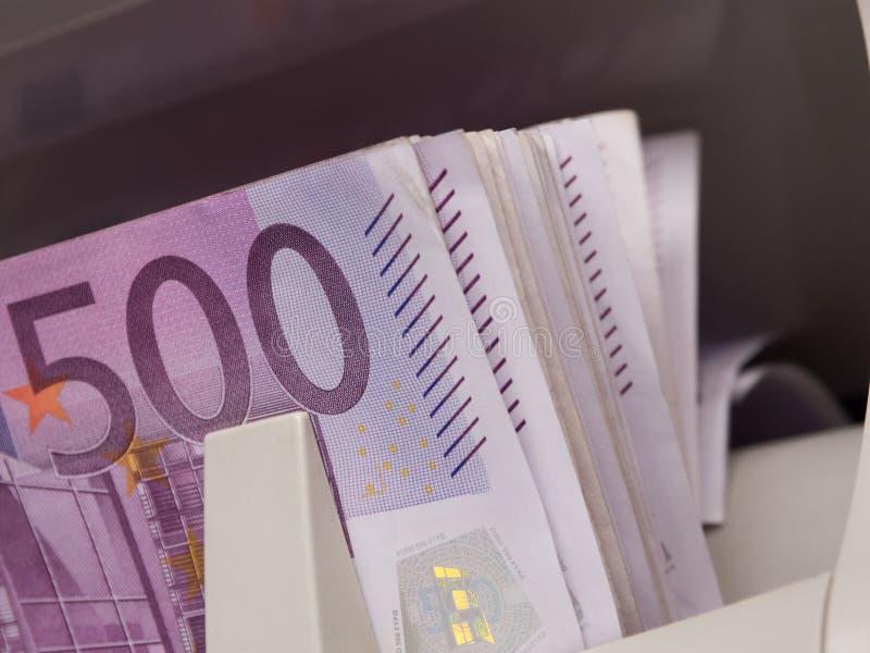 Vijf honderd euro bankbiljetten in een tellende machine royalty-vrije stock fotografie