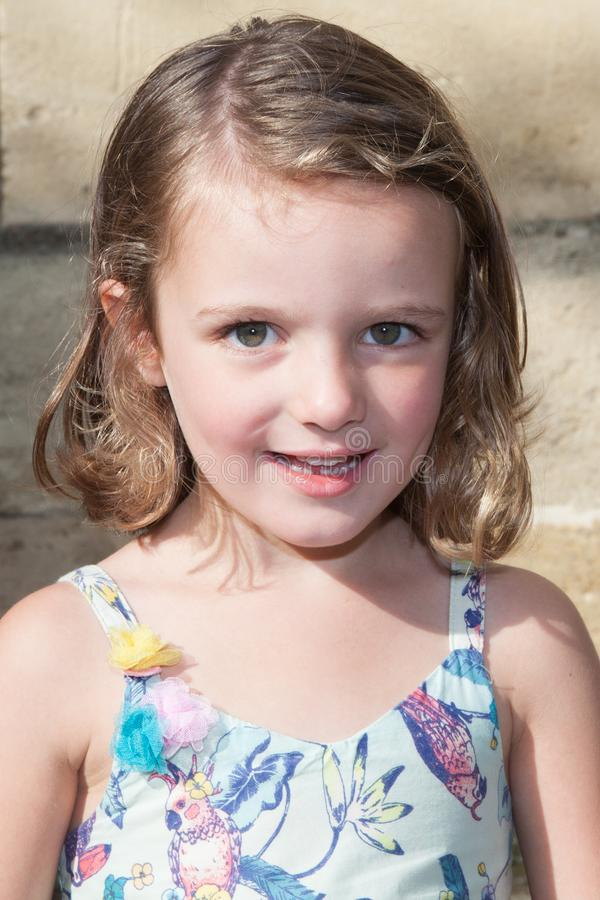 vijf jaar Meisjes die in openlucht headshot glimlachen stock foto's