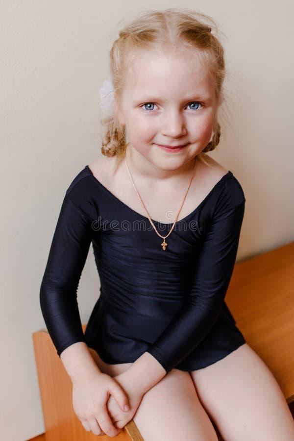 Vijf-jaar-oud meisje in een sportenkostuum royalty-vrije stock foto's