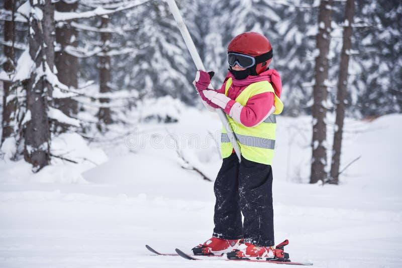 Vijf jaar oud weinig ski?end meisje die vast een handvat van sk houden royalty-vrije stock foto