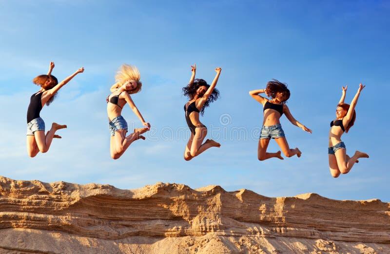 Vijf jonge vrouwen stock afbeeldingen