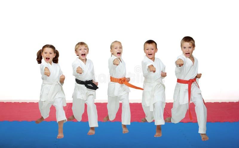 Vijf karateatleten slaan een stempelwapen royalty-vrije stock afbeelding