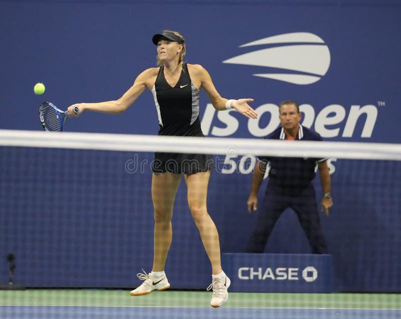 Vijf keer Grand Slam-Kampioen Maria Sharapova van Rusland in actie tijdens haar het US Openronde van 2018 van gelijke 32 stock foto's
