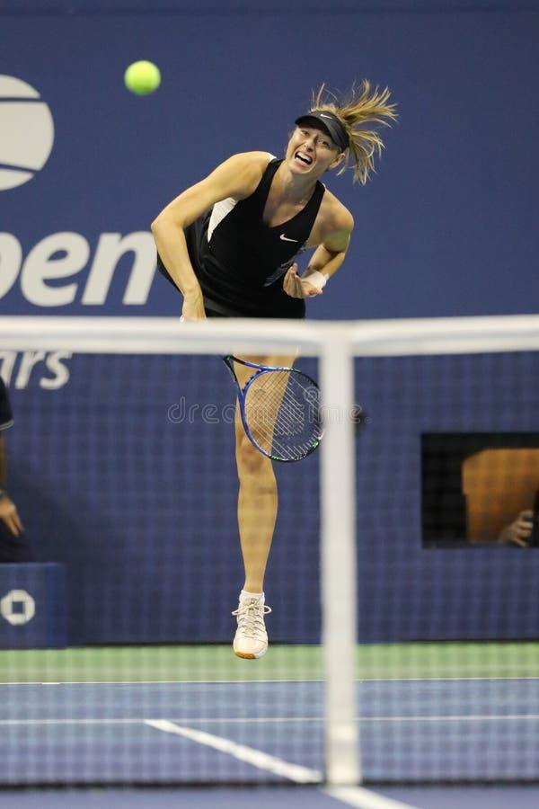 Vijf keer Grand Slam-Kampioen Maria Sharapova van Rusland in actie tijdens haar het US Openronde van 2018 van gelijke 32 stock fotografie