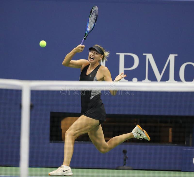 Vijf keer Grand Slam-Kampioen Maria Sharapova van Rusland in actie tijdens haar het US Openronde van 2018 van gelijke 32 royalty-vrije stock afbeeldingen